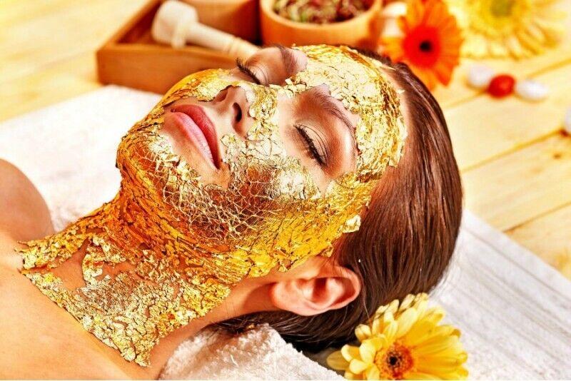 Омолаживающая процедура для лица с маской из 24 каратного золота