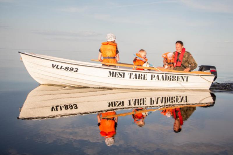 Расслабляющая ночевка и поездка на моторной лодке на озере Пейпси