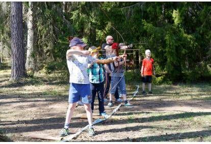 Захватывающая стрельба из лука на грунтовой местности для двоих