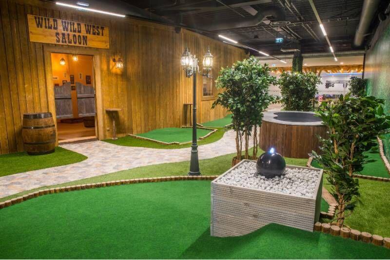 Игра в мини-гольф в Park Minigolf + WWW Saloon
