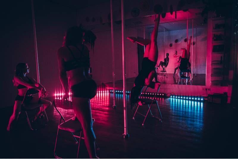 Приватный урок танца на стуле