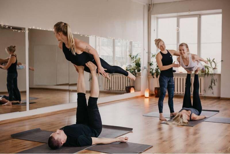 Празднование мероприятия с йогой в паре и акробатической йогой в Таллине