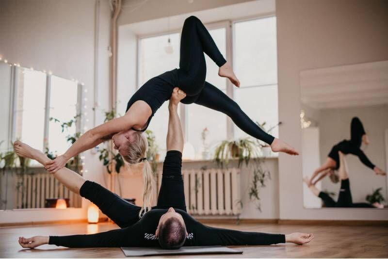 Урок йоги в паре и акробатической йоги в группе в Таллине